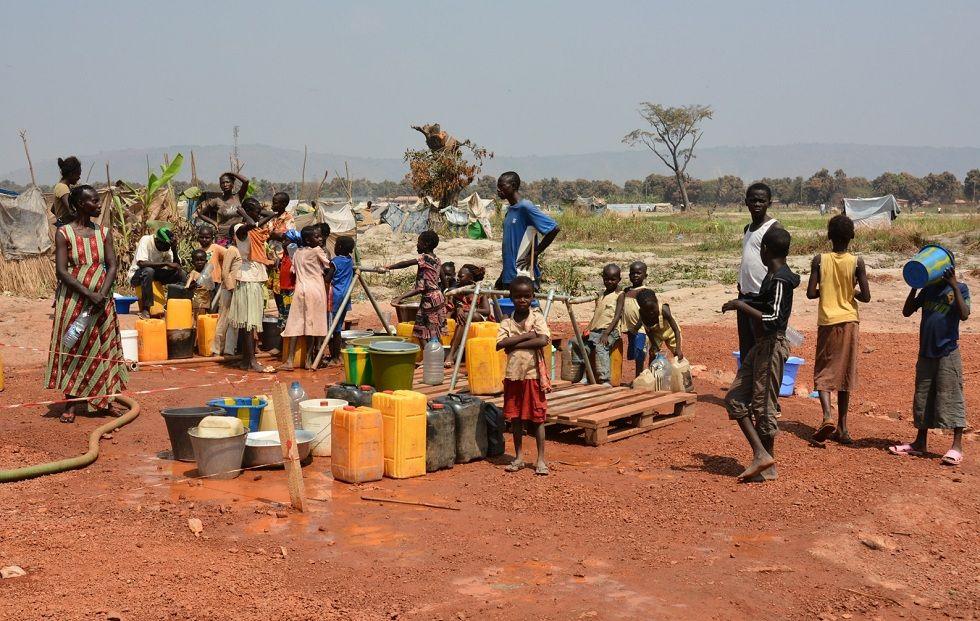 Meer dan 100.000 mensen wonen in en rond oude vliegtuigen in Bangui, de hoofdstad van CAR. De omstandigheden zijn zeer ernstig. Er is onvoldoende toegang tot voedsel en schoon drinkwater.