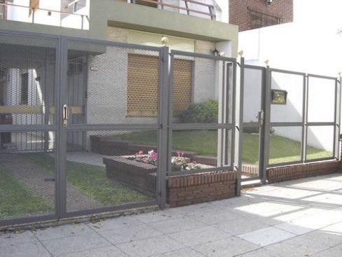 Rejas con malla rejas con metal desplegado protones en - Puertas de metal para casas ...