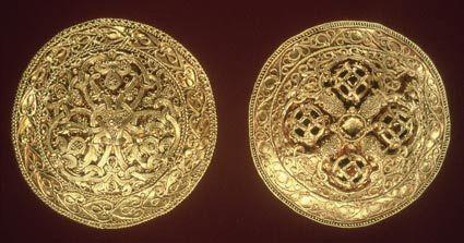 Disse spænder af guld fra Hornelund er et af de fineste fund vi har. Vikingetiden begynder med det første vikingeplyndringstogt mod et kloster på øen Lindisfarne og slutter i 1066 med indførelsen af kristendommen. Mængden af vikingetidsfund er stor og vikingetidsbopladser kendes fra hele Danmark. fra Vardeegnens vikingetid.