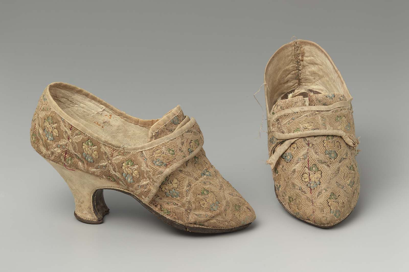 Pair Of Women S Shoes Europe 1750 1800 Beige Figured Silk Upper Brocaded With Polychrome Silk Yarns In Motif Of Flor Women Shoes Century Shoes Vintage Shoes