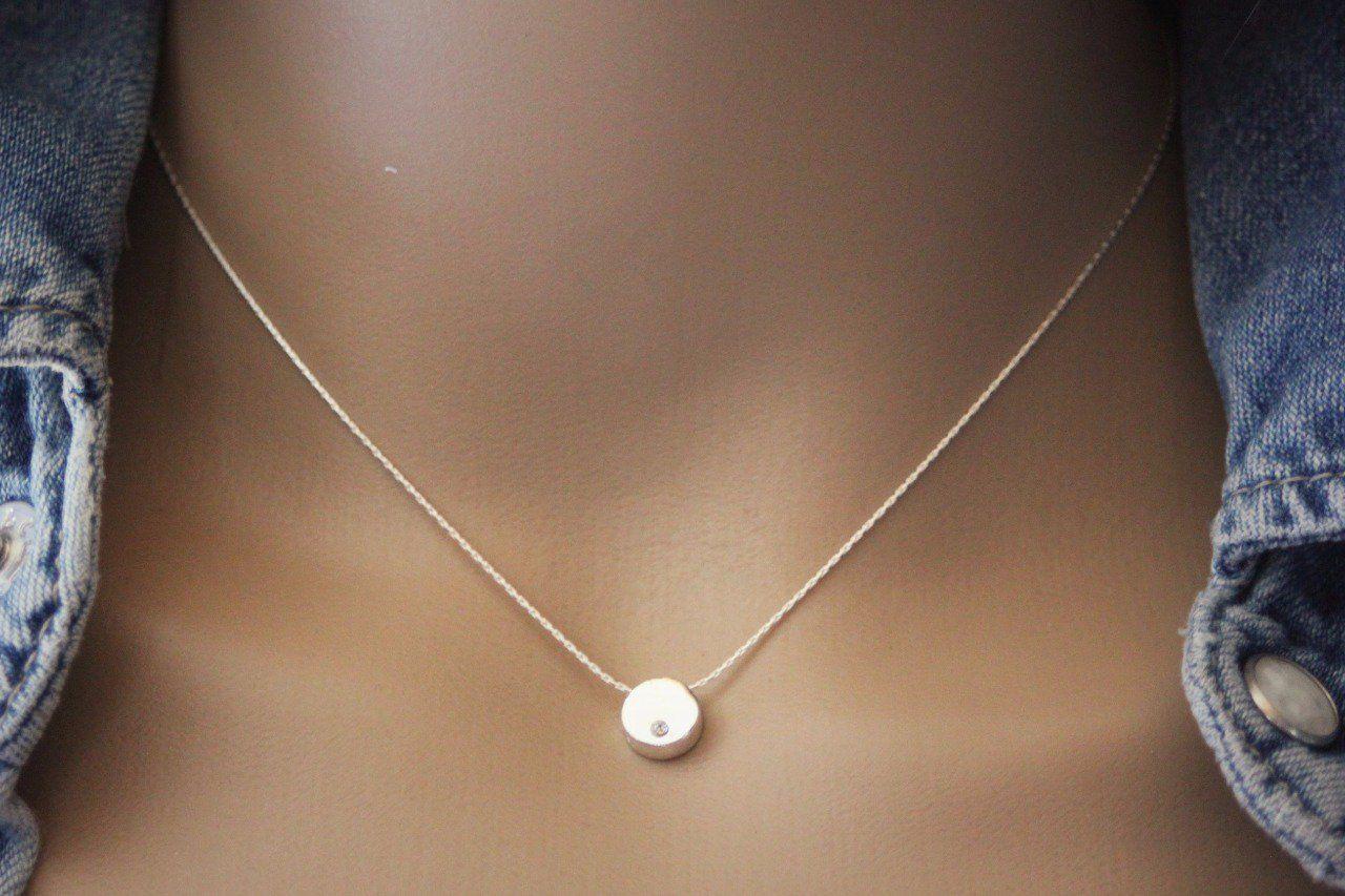 af6bad0546b63 Collier ras du cou en argent de style minimaliste avec pendentif rond en  argent massif orné