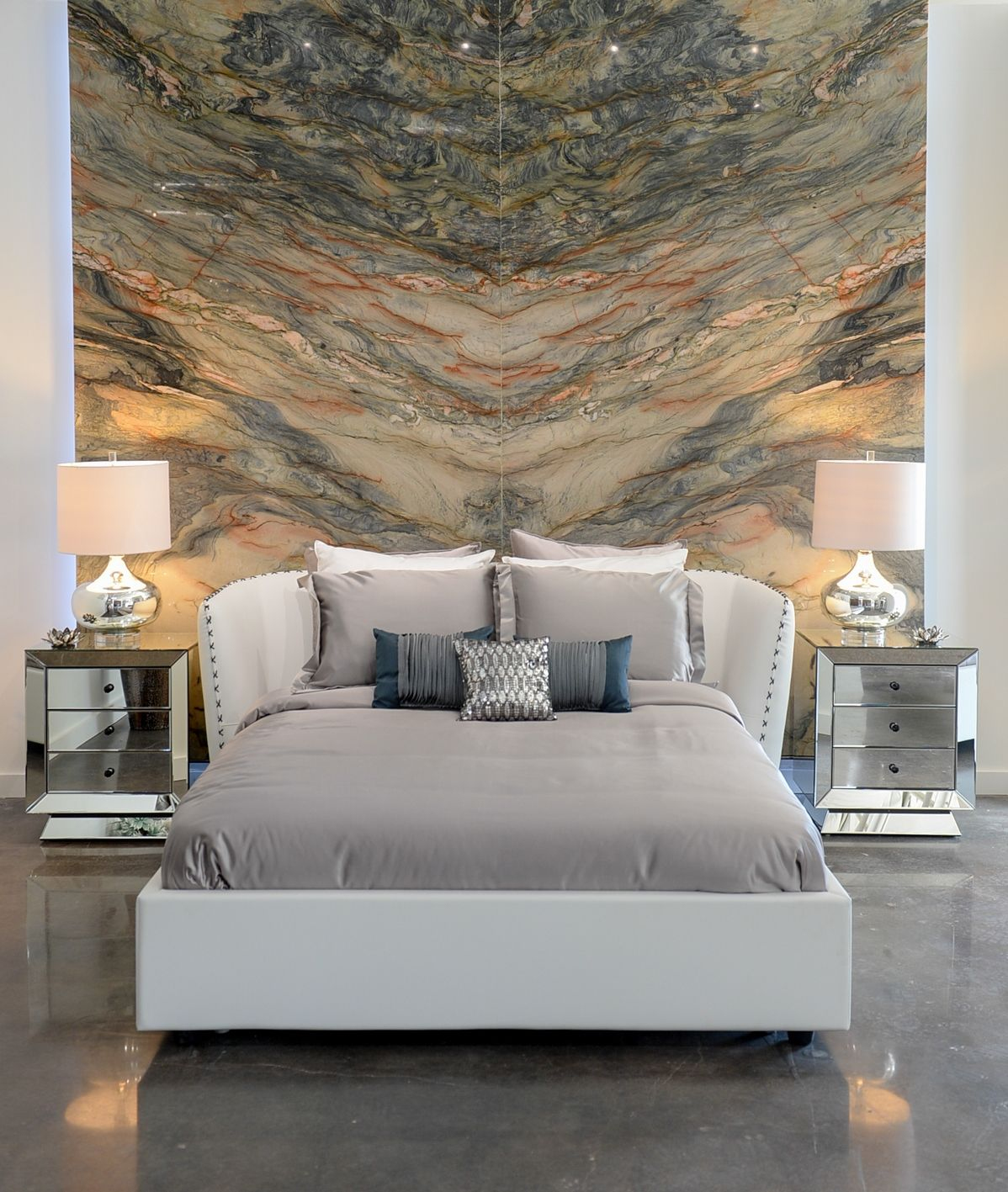 Bedroom with bookmatched stone steinwand - Steinwand schlafzimmer ...