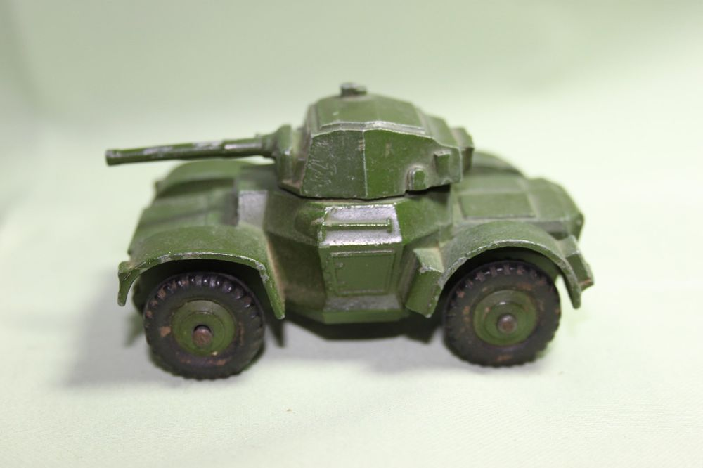 VINTAGE DINKY TOYS ARMOURED VEHICLE 670 Armored