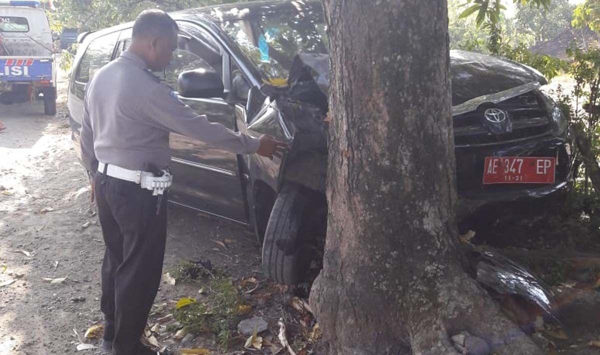Mobil Dinas Pemkab Madiun Tabrak Pohon Di Ngawi Mobil Membaca Pohon