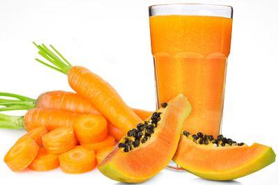 Suco de mamão e cenoura. 1 cenoura média ½ mamão papaia 2 copos (250 ml) de água mel ou adoçante a gosto Bata todos os ingredientes no liquidificador, coe e sirva. Para deixar o seu suco ainda mais saudável, pode substituir a água por leite de soja ou leite desnatado...
