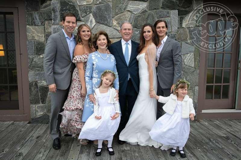 Laura Bush George W Bush Posing For A Photo The Bush Family At
