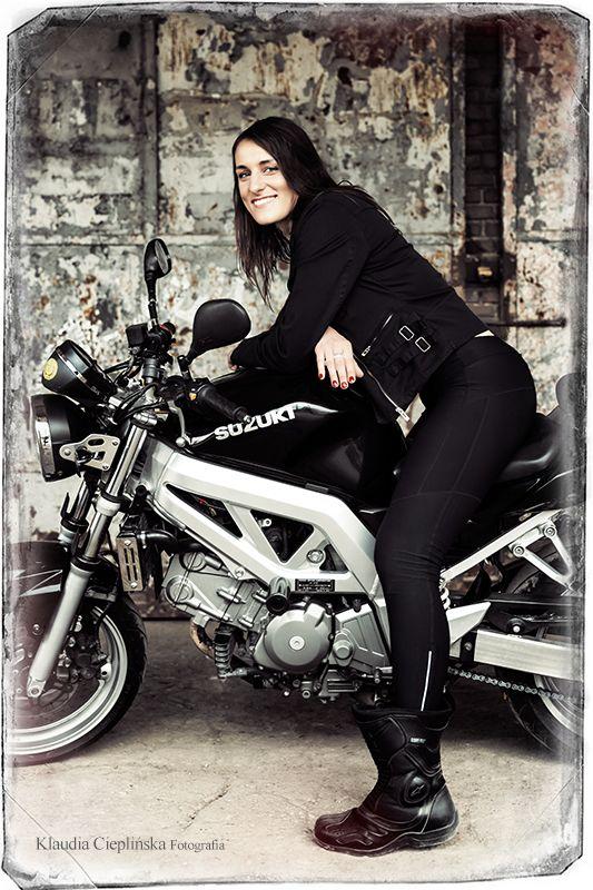 Fotograficzna Sesja Motocyklowa Kobieta Na Motorze Plenerowa Fotografia Portretowa Jelenia Gora I Okolice Zapraszam Biker Girl Motorbikes Fashion