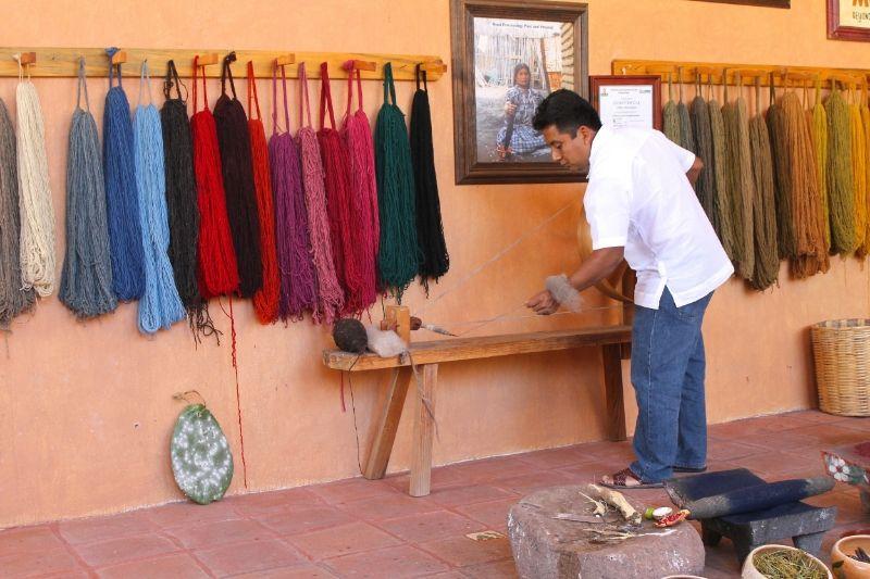 Nelson Perez demonstrating how wool yarn is handcrafted in Teotitlan del Valle. / Nelson Pérez demostrando la elaboración del estambre de lana para crear los famosos textiles artesanales de Teotitlan del Valle. Oaxaca, México. #textiles #colors #crafts #travel #Mexico #Oaxaca #hechoamano #HechoenMexico #artesanos
