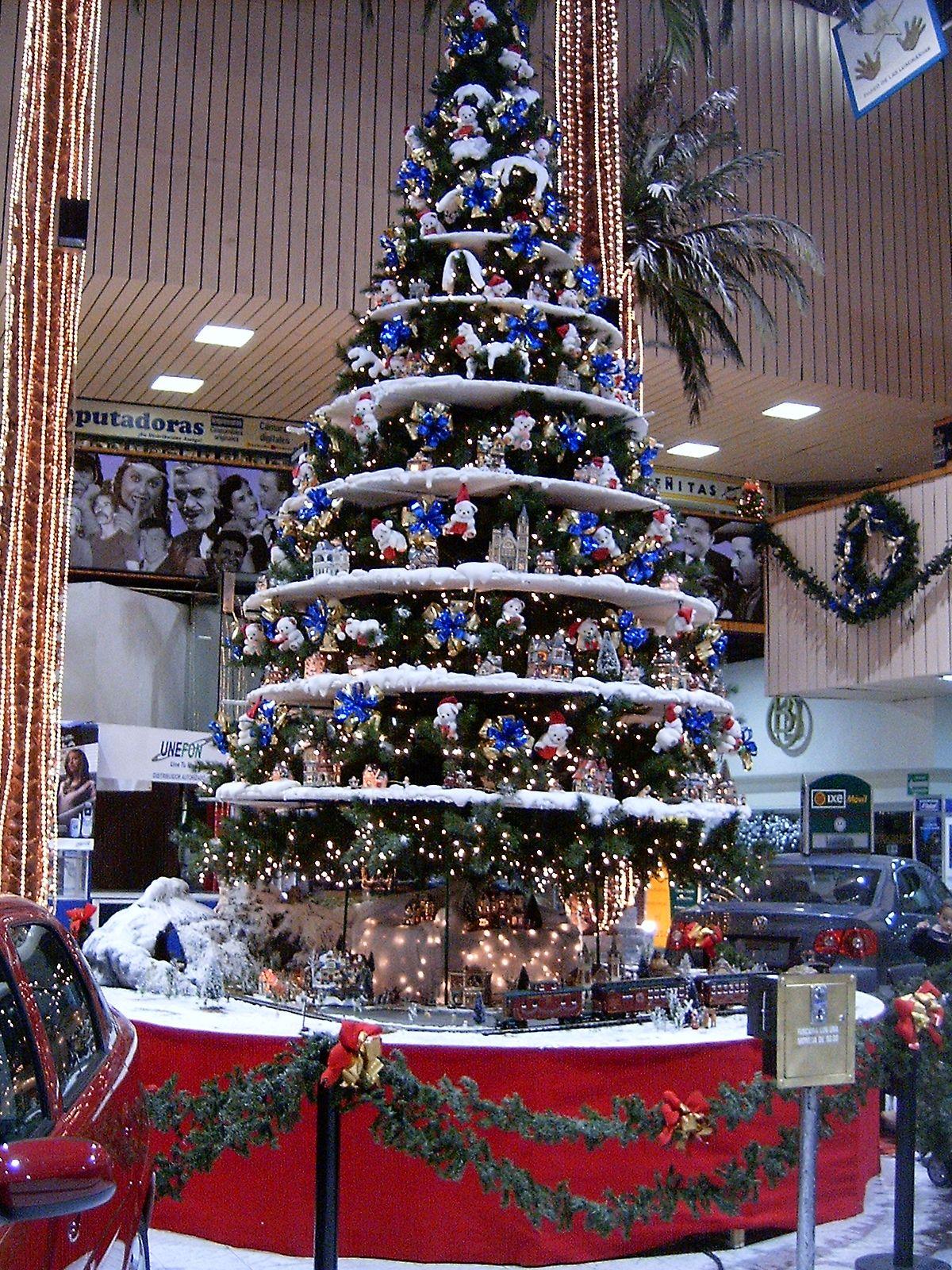Arbol navide o con villas y tren electrico alrededor for Decoracion christmas navidenos