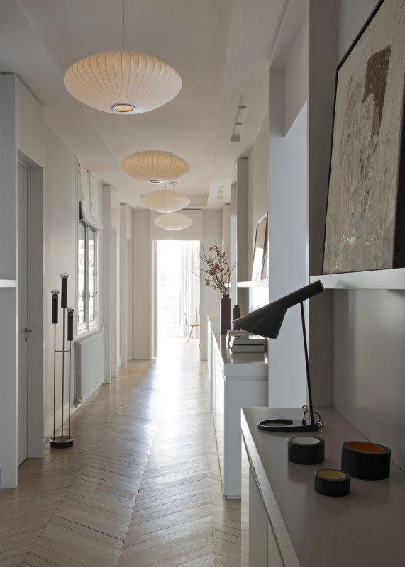 Un long couloir tout blanc rythm par de beaux luminaires en coton sur armature m tallique - Luminaire entree maison ...