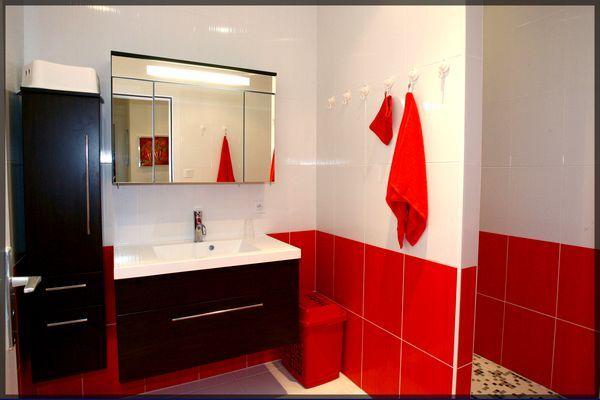 déco salle de bain rouge et blanc | Bathroom