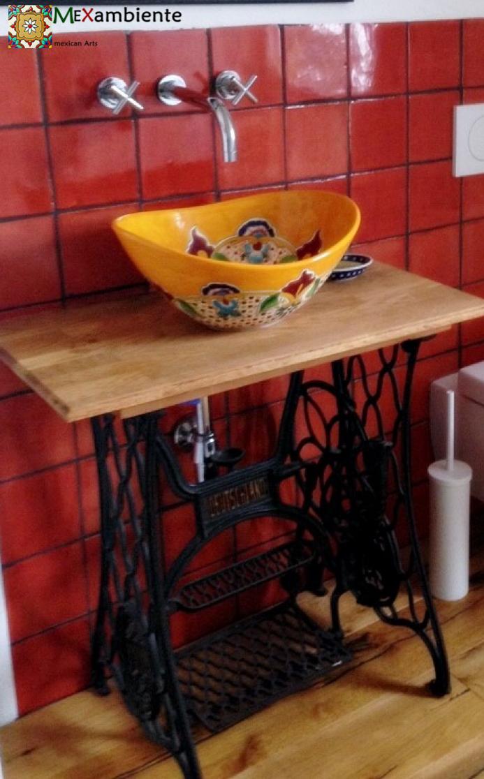 bad mit originellem n htisch n hmaschine als waschtisch und ein bemaltes waschbecken aus. Black Bedroom Furniture Sets. Home Design Ideas