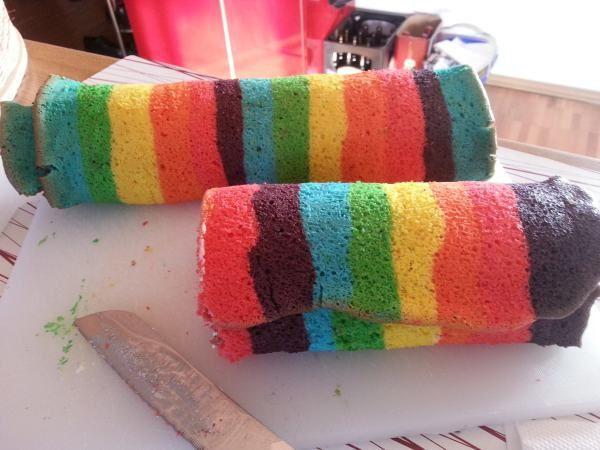 Die Regenbogenrolle : Rezept und Zubereitung:.........hier weiterlesen    Die Regenbogenrolle funktioniert auch mit anderen Motiven. Wer gut malen kann, soll es mit Blumen, Sch...