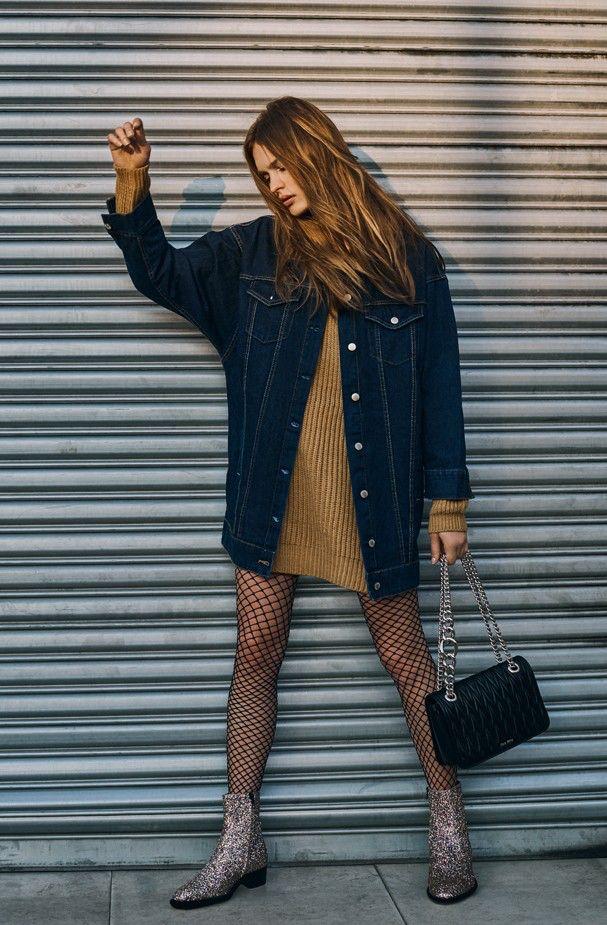 Maxi tricot, jaqueta jeans, meia arrastão e bota ankle boots
