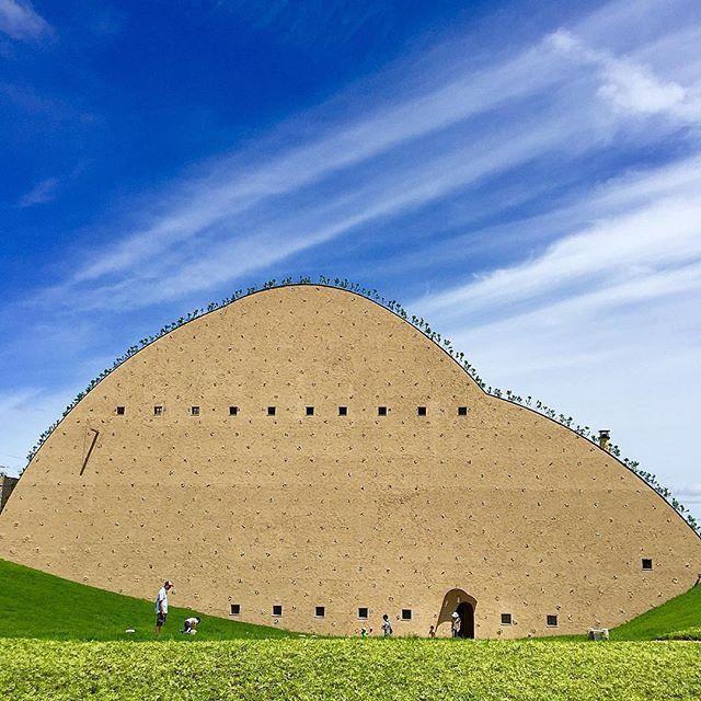 タイルのまち岐阜県多治見市に タイルの歴史を学びながら タイルの機能性や美しさを実感できる博物館として今年オープンした モザイクタイルミュージアム 独創的な外観 内観はそれだけでも見る価値 ですが 体験工房もあるので 家族連れでも楽しめます タイル