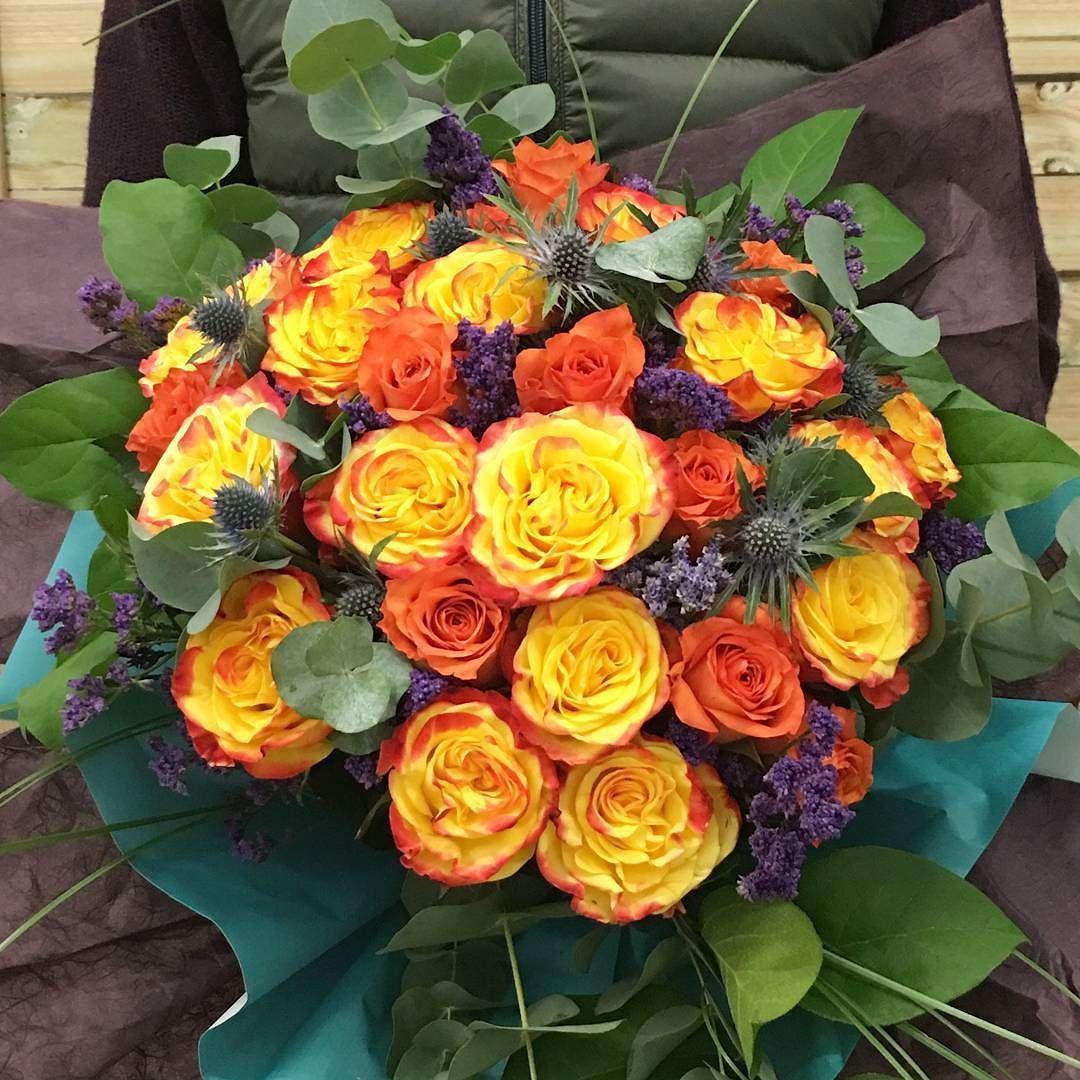 the coolest Sun on a rainny day  Hoy hemos recibido un encargo muy especial. Un Colvin personalizado para un día único.  27 rosas naranjas para 27 primaveras  Este es el resultado!!! #colvin #quierouncolvin #friday #viernes #sun #color #rosas