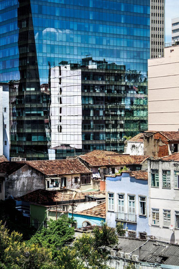 Espelho Social - Vista do terraço do Museu de Arte do Rio. Os modernos espigões e as antigas construções do porto.