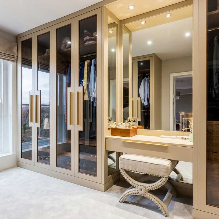 Large Dressing Room With Glass Doors Ankleideraum Luxusschlafzimmer Ankleide