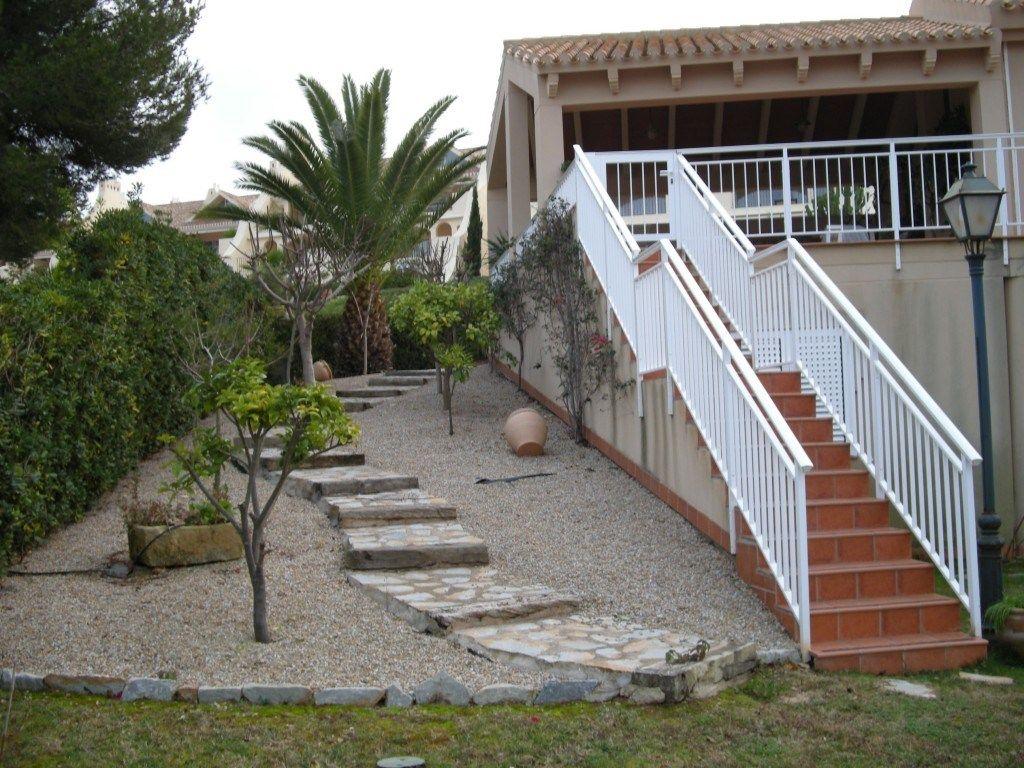 Vista del jard n de piedra con las escaleras jalonadas y for Escaleras para caminar fuera del jardin