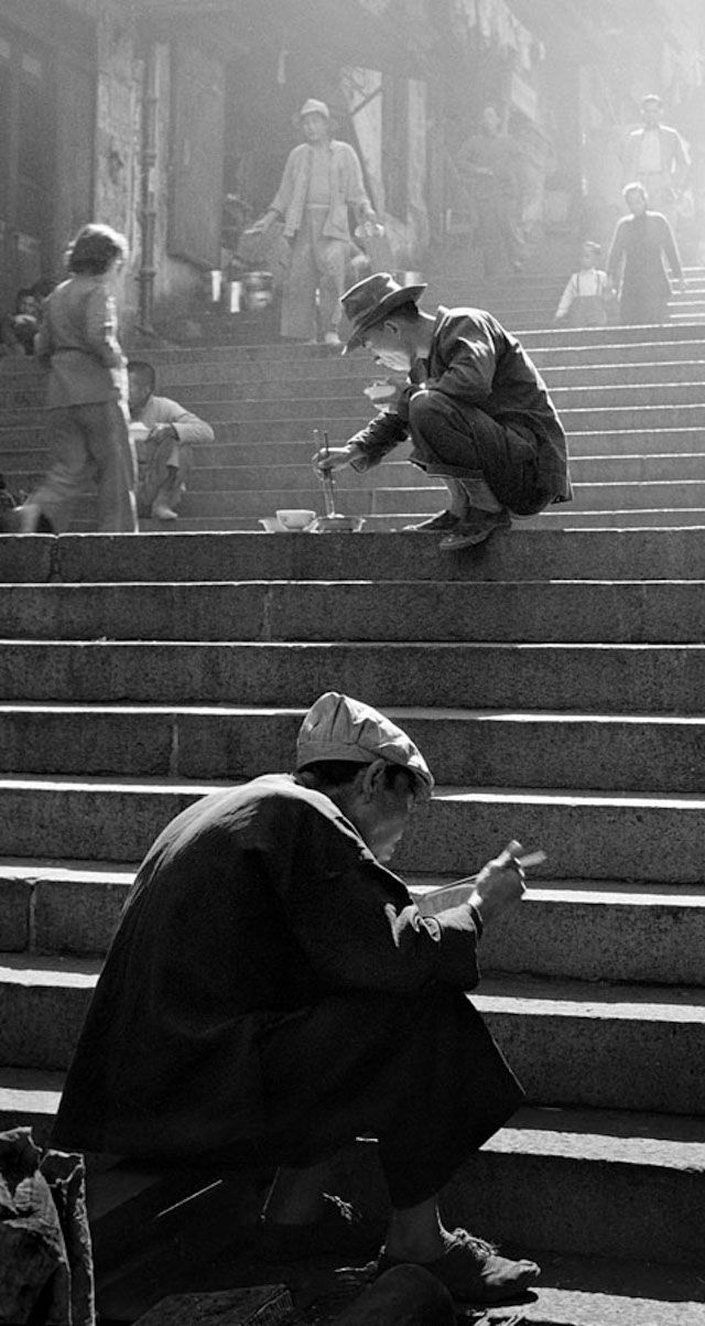 1950s hong kong street photography from fan ho 15 pictures interesting composition ideas