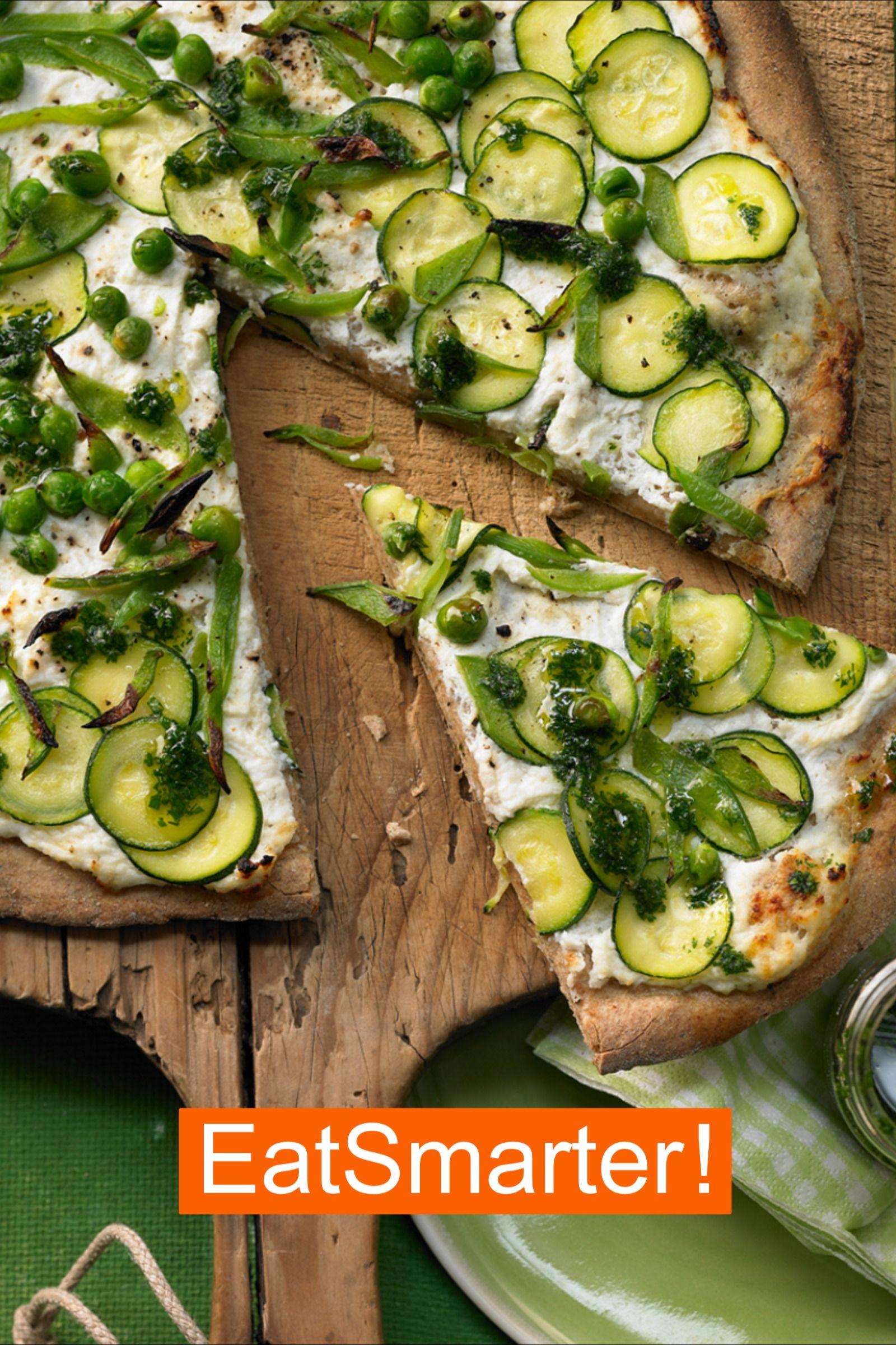 Grüne Pizza mit Zucchini und Petersilienöl | EAT SMARTER