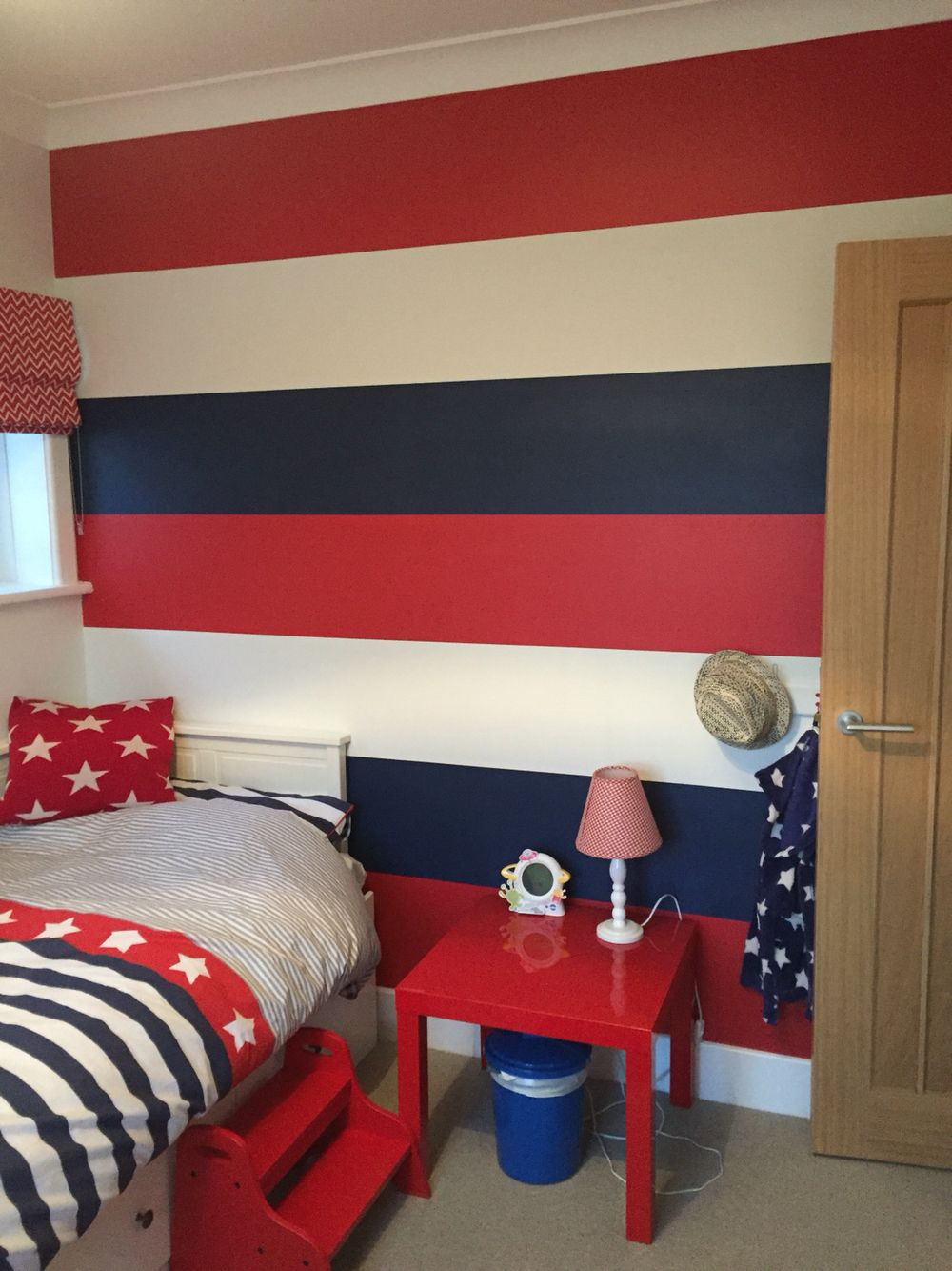 Striped feature wall red and blue boys bedroom boys for Blue and white boys room