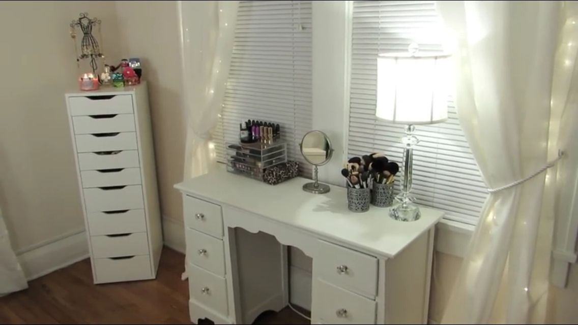 Jaclyn Hill's Makeup Vanity. So simple and pretty ️ ...