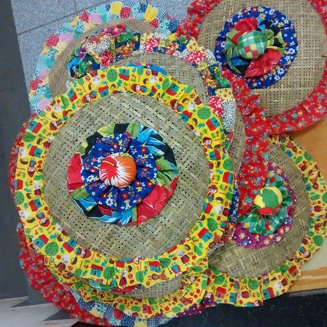 Preparações para festa junina, peneiras decoradas. #peneiras#decoração #festa#junina#bahia#nordeste#apliqueart#decor#aplique#fuxico#