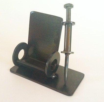 Médico o enfermera tarjetero, silla de ruedas de acero soldado con autógena y jeringa, Scrap Metal escultura funcional