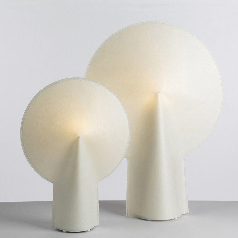 Amazing La lampe PION en posite de papier de la marque Wrong For Hay dans deux tailles diff rentes Cette lampe de table offre une lumi re douce pour une