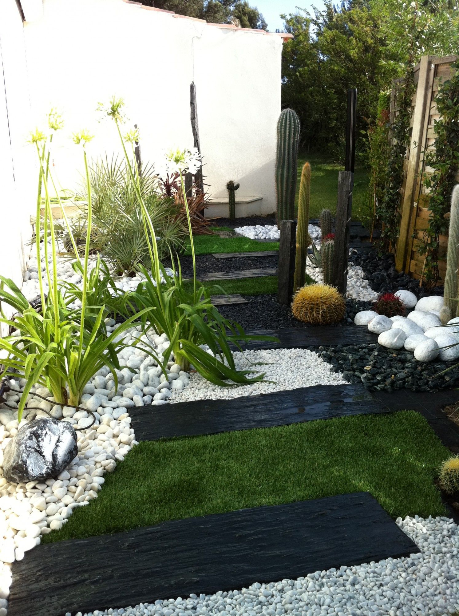 Jardin sec cactus galets polis blancs gazon synth tique for Amenagement jardin cailloux blancs