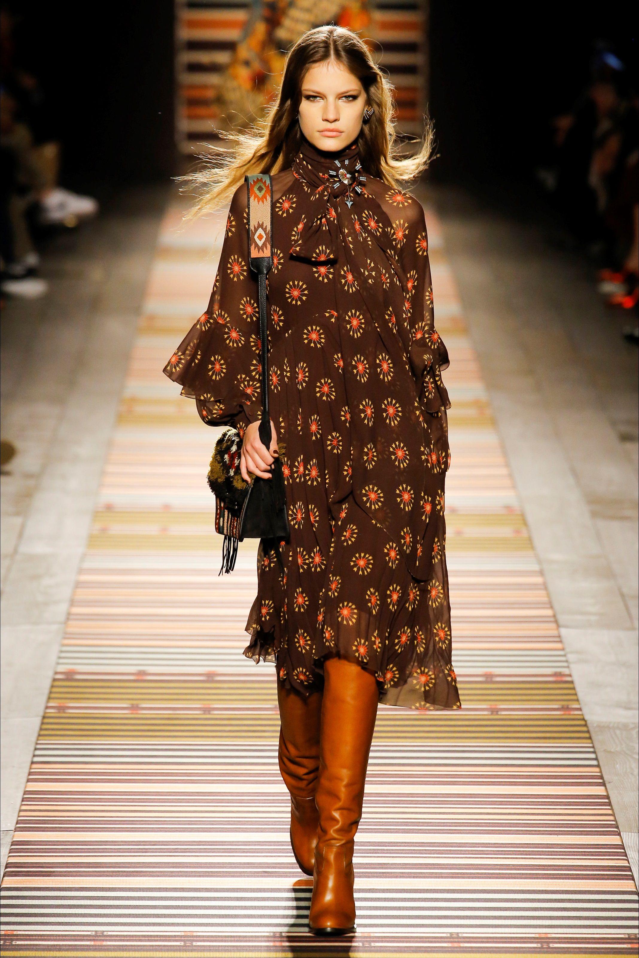 Guarda la sfilata di moda Etro a Milano e scopri la collezione di abiti e  accessori ccd1c755940