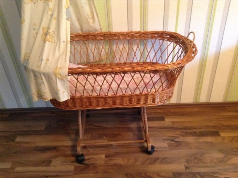 Ich verkaufe das Baby Bett auf Rollen. Gut erhaltend, das Bett kann ...