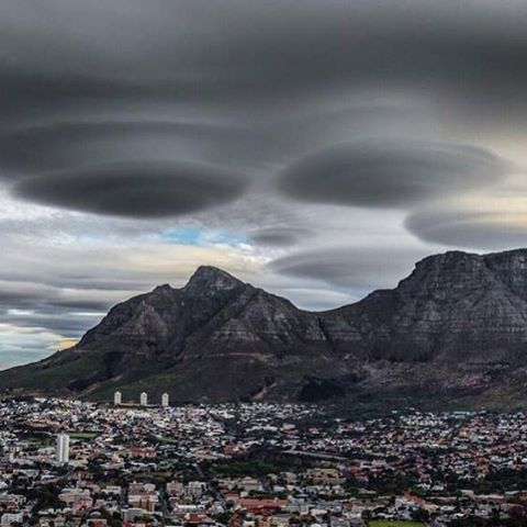 Bizarre #ufo shaped clouds formed over #capetown in #southafrica on Sunday. An #alien invasion wasn't underway, however, it was just a rare lenticular formation over the city's Table Mountain #skynews #extraterrestrial #weather