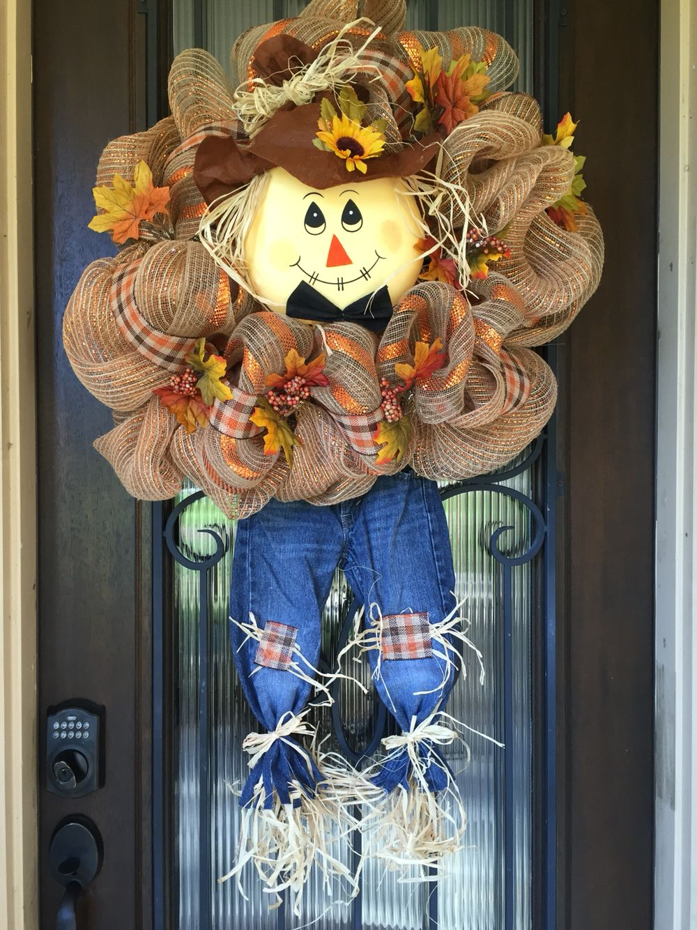 Cutest scarecrow wreath for fall. #scarecrowwreath