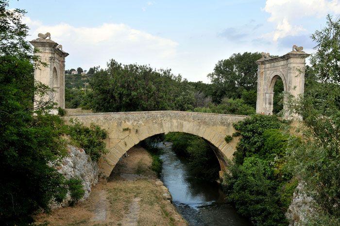 Le Pont Flavien de Saint-Chamas (Bouches-du-Rhône) faisait partie de la voie romaine reliant Marseille à Arles. Il fut construit à la demande d'un certain Claudius Donnius Flavus, prêtre du culte impérial. http://bit.ly/2bLyL6k