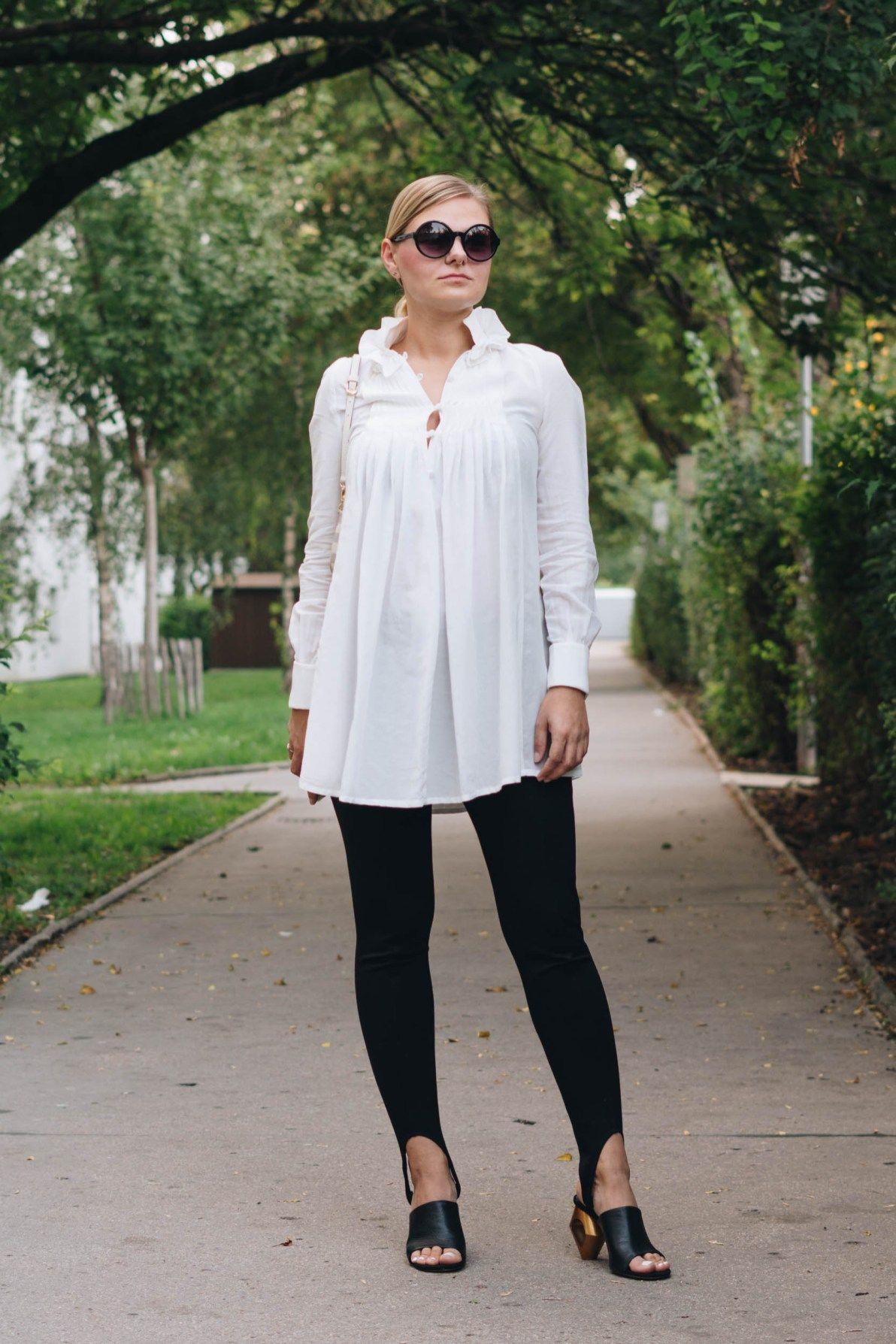 yellowgirl_#BlackandWhite Outfit in weißer Tunkia-Bluse von lineight Jeggins mit Fußschlaufen Mules mit Goldabsatz runder Sonnenbrille und MINI POCHETTE von Louis Vuitton (1 von 7)