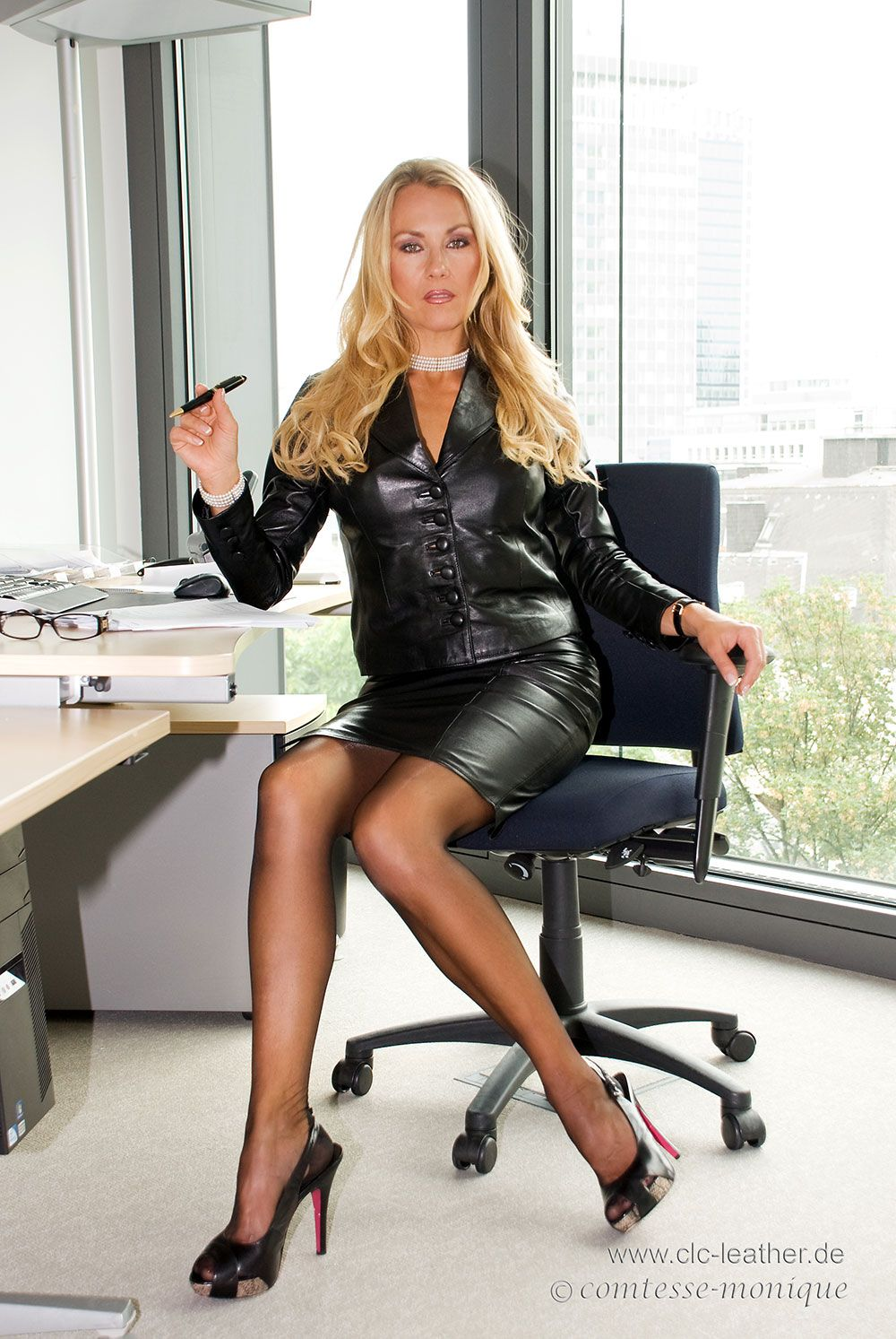 wow look what i found at my office hot cougar and milf pinterest secr taire ma tresse et. Black Bedroom Furniture Sets. Home Design Ideas