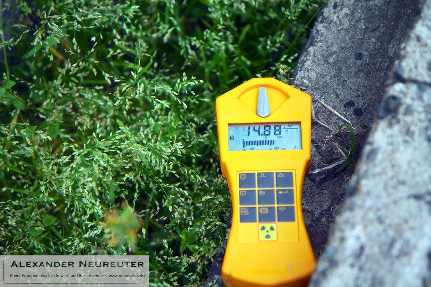 ... and hardly believe my eyes: prior to the Fukushima accident, you could measure 0.04 microsievert per hour at this place. In Germany, this soil had to be disposed as nuclear waste.