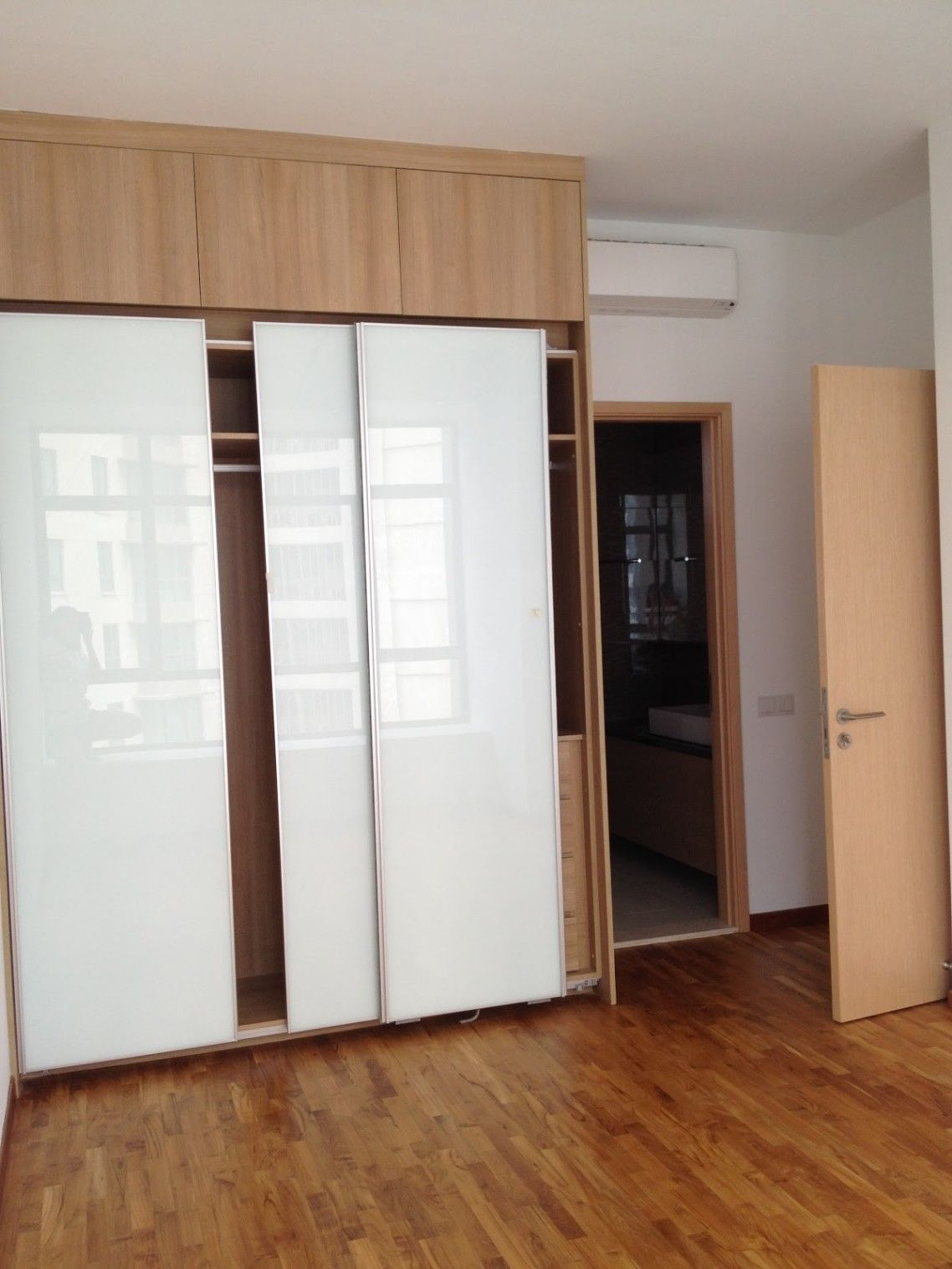Unpolished Oak Wood Buil In Wardrobe For Small Bedroom With White Veneer Glossy Plywood Sliding Door