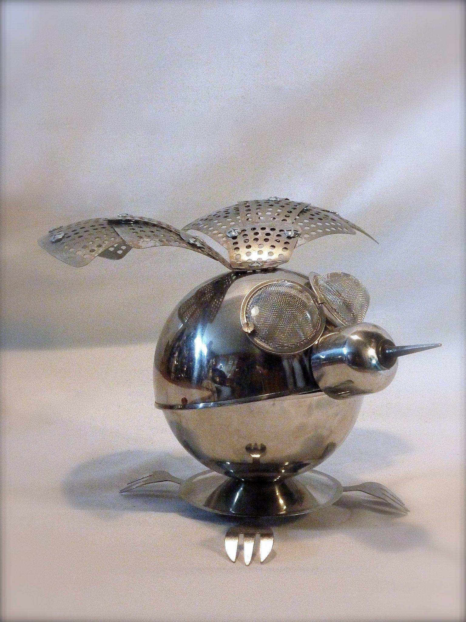 Gare au frelon asiatique. Celui-ci va sans doute trouver refuge dans notre cuisine… dard-dard. Diamètre : 15 cm. Pour une envergure de 25 cm.