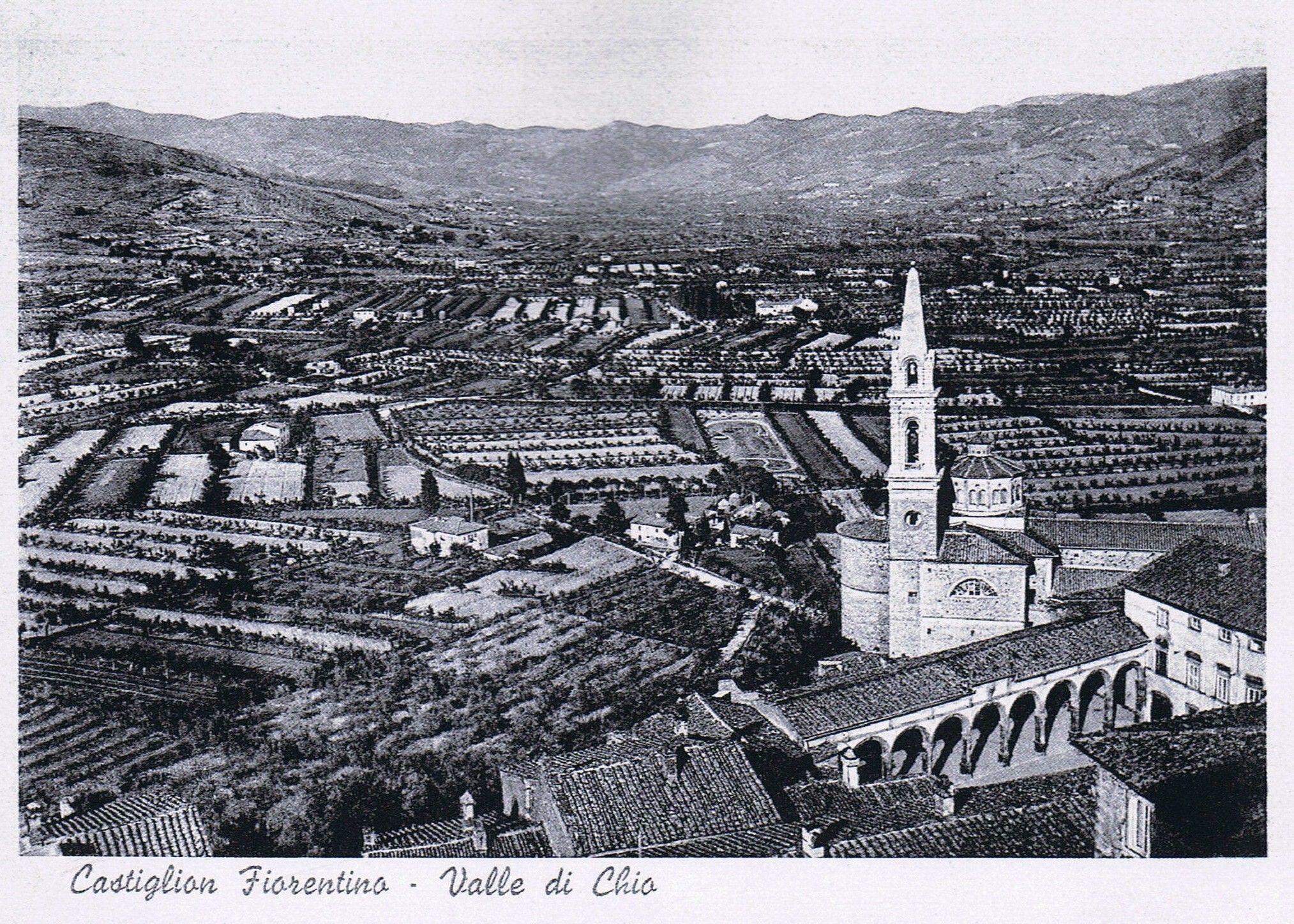 panoramica sulla Val di Chio con in primo piano la Collegiata e il loggiato Vasariano. foto fine anni '30
