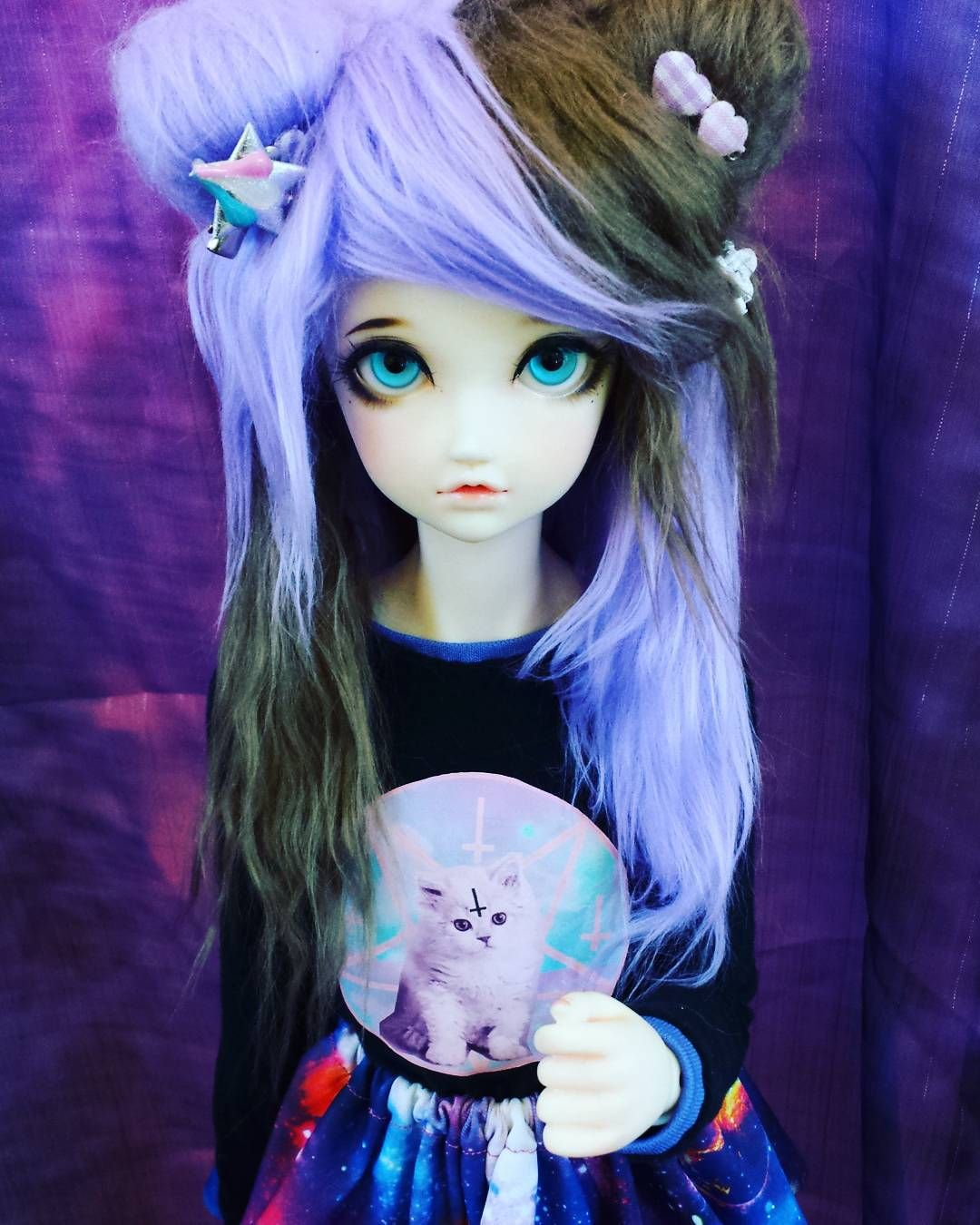 """""""Mel from the con yesterday #resinhearts x3 she's so cute!! Dx but just found out her s-hook from her feet is stuck in her knee Dx it snapped off…"""""""