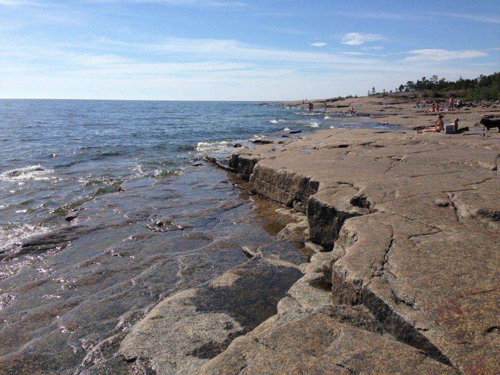 Rotsidan är en 4 km lång sträcka längs kusten. Området kännetecknas av vidsträckta stenhällar som blivit slipade av havet i årtusenden. Här går det att njuta både en varm sommardag Fortsätt läsa →