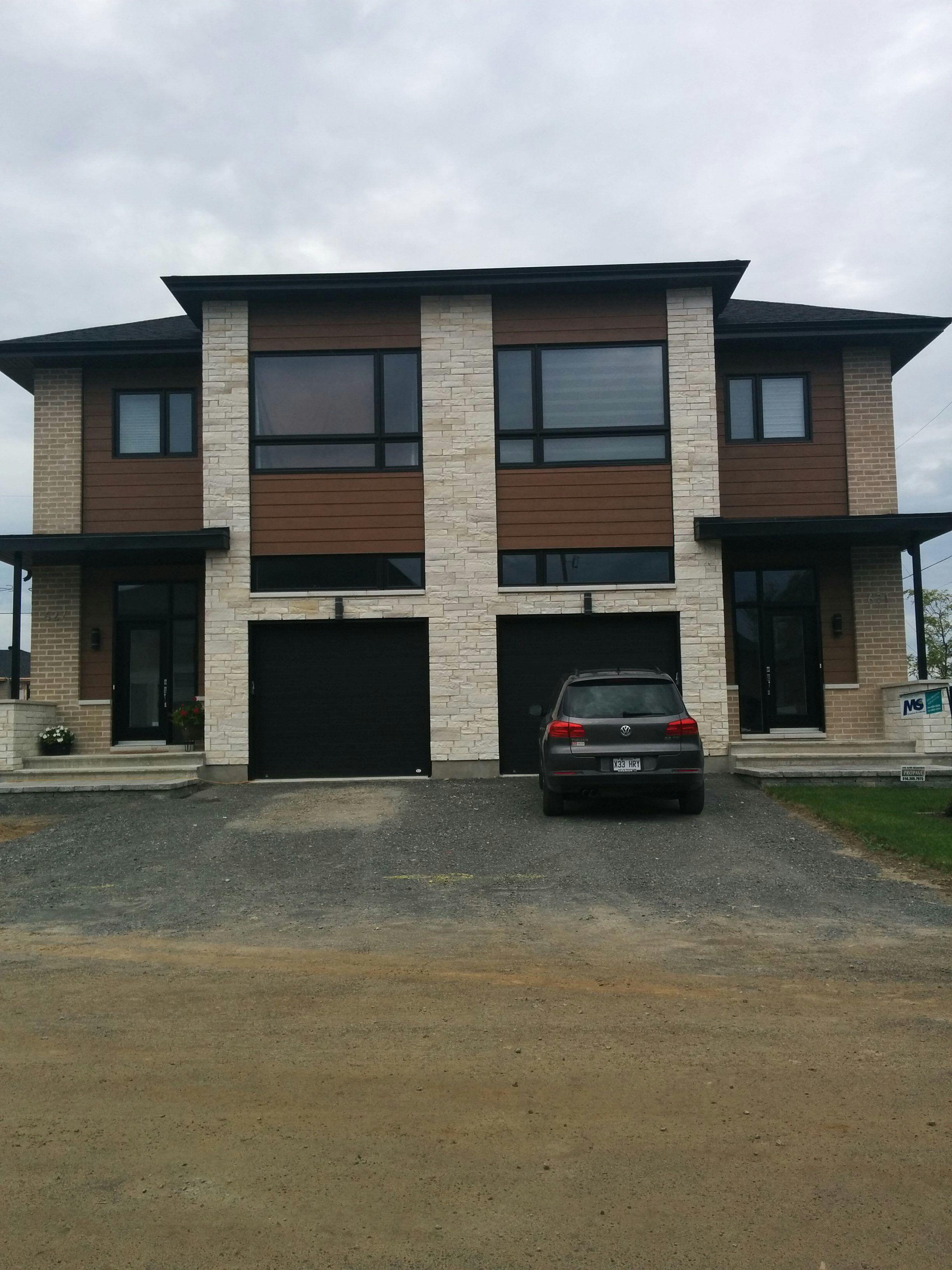 Duplex moderne, semi détaché maison de ville. La pierre Lorado Blanc ...