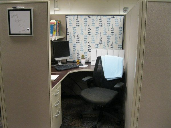 I Like The Dry Erase Board On The Outside Of The Cubicle Cubicle Decor Office Cubicle Makeover Cubicle Decor