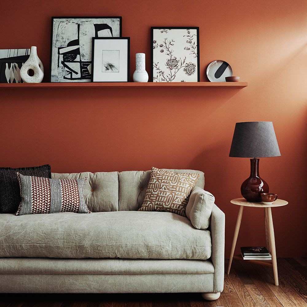 Living Room With Colorful Rug: Living Room With Rust-coloured Walls