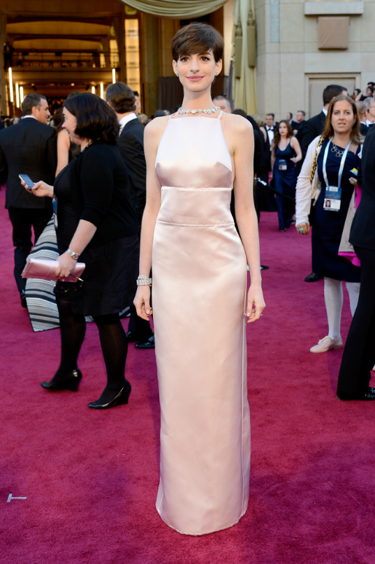 official photos ab769 238ec Anne Hathaway, in Prada, with Tiffany & Co. jewels ...