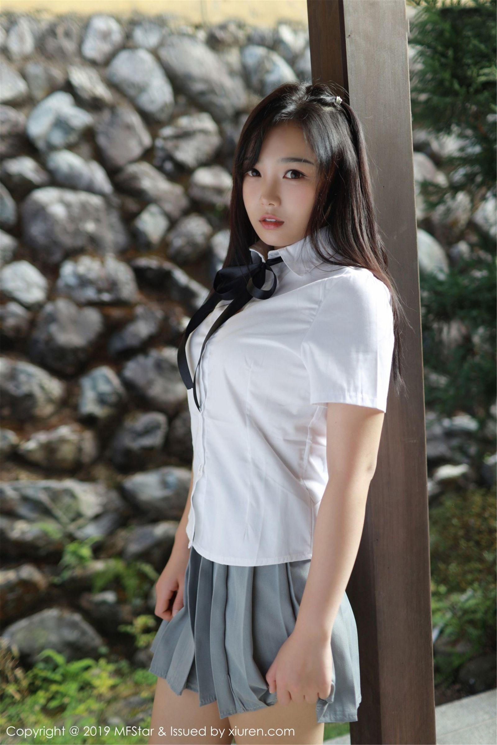 很可愛的制服美少女