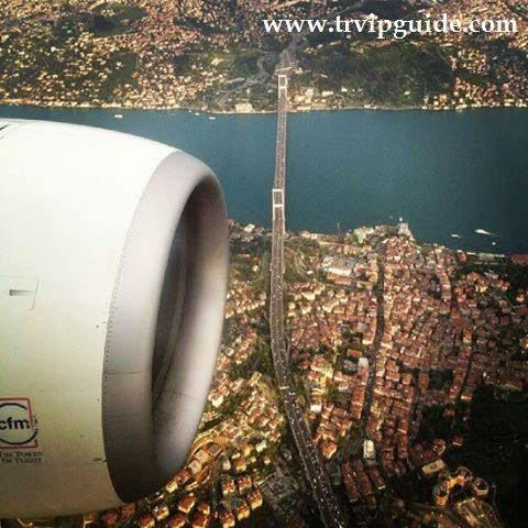 Пролетая над Стамбулом, вид из окна кабины самолета на просторы города контрастов. Стамбул древний исторический город, поэтому сюда страмятся приехать многие, чтобы увидеть красоты города и побывать в достопримечательностях.  Трансфер в Стамбуле http://trvipguide.com/transfer